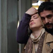 El Campo: Leonardo Sbaraglia abbraccia teneramente Dolores Fonzi in una scena del film