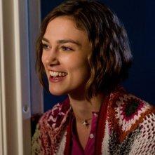 Keira Knightley sorride in una scena di Cercasi amore per la fine del mondo