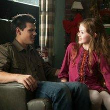 Mackenzie Foy insieme a Taylor Lautner in una scena di Twilight Saga: Breaking Dawn - Parte 2