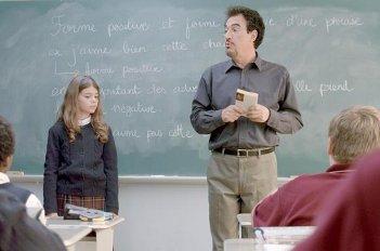 Monsieur Lazhar: Mohamed Fellag in una scena del film insieme ad una sua giovane alunna