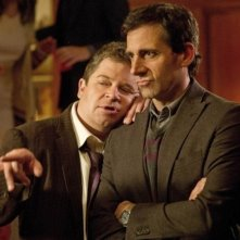 Steve Carell e Patton Oswalt in una scena tratta dal film Cercasi amore per la fine del mondo