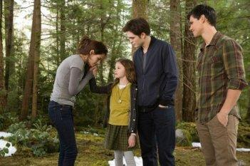 Twilight Saga: Breaking Dawn - Parte 2, Robert Pattinson, Kristen Stewart, Mackenzie Foy e Taylor Lautner in una scena