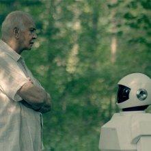 Frank Langella passeggia nel parco con il robot regalatogli in Robot and Frank