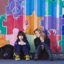 Michael Hall D'Addario ed Elizabeth Banks in People Like Us