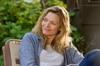 Michelle Pfeiffer è Lilian in People Like Us