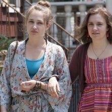 Girls: Jemima Kirke e Lena Dunham in una scena della serie HBO