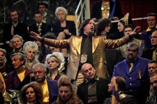 Tutto tutto niente niente: Antonio Albanese nei panni di Cetto La Qualunque in una scena