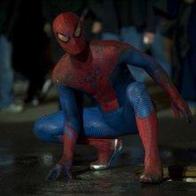 Andrew Garfield è Spiderman in una scena di The Amazing Spider-Man
