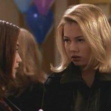 Michelle Williams in un momento dell'episodio Una serata tra amici della serie Dawson's Creek