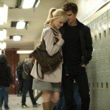 The Amazing Spider-Man: Andrew Garfield insieme ad Emma Stone nei corridoi della scuola in una scena