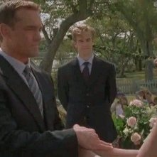 Mary-Margaret Humes, James van Der Beek e John Wesley Shipp nell'episodio Pacey o Dawson? della serie Dawson's Creek