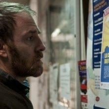 Gli equilibristi: Valerio Mastandrea legge annunci su una bacheca in una scena del film