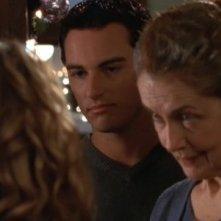 Kerr Smith e Mary Beth Peil in un momento dell'episodio Un bacio sotto il vischio della serie Dawson's Creek