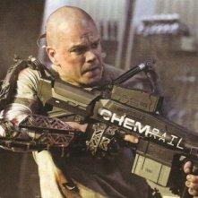 Matt Damon in combattimento in una scena di Elysium