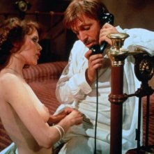 Sylvia Kristel in Emmanuelle 2: l'antivergine con Umberto Orsini