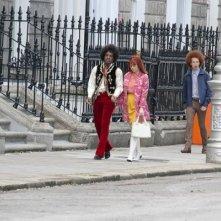 André Benjamin e Hayley Atwell a passeggio nella Londra anni '70 in una scena di All Is By My Side
