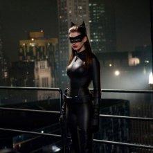 Anne Hathaway nei sinuosi panni di Catwoman sui tetti di Gotham in Il cavaliere oscuro - il ritorno