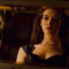 Anne Hathaway si guarda allo specchio in una scena di Il cavaliere oscuro - Il ritorno