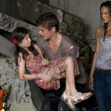 Bait: Xavier Samuel e Sharni Vinson in una scena del film con la piccola Skye Fellman