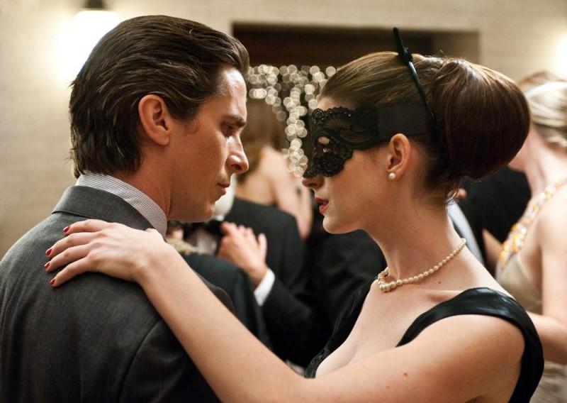 Christian Bale e Anne Hathaway danzano insieme una scena di Il cavaliere oscuro - Il ritorno