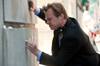 Christopher Nolan disegna qualcosa sul muro del set de Il cavaliere oscuro - Il ritorno
