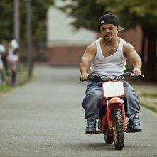 Jib Pocthier in sella ad una piccola motocicletta in Les Kaïra