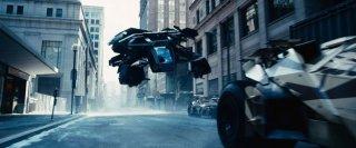 Scontro tra mezzi corazzati per le strade di Gotham City in una scena de Il cavaliere oscuro - Il ritorno