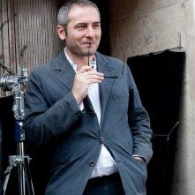 La variabile umana: il regista Bruno Oliviero sorride sul set del film