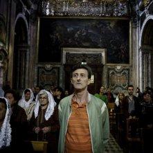 Reality: Nando Paone in chiesa in una scena del film