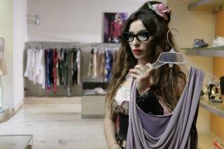 Una donna per la vita: Sabrina Impacciatore fa shopping in una scena del film