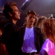 Jason Priestley e Luke Perry nell'episodio La prima volta della serie Beverly Hills, 90210