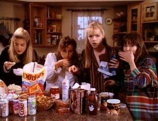 Jennie Garth, Shannen Doherty, Tori Spelling e Gabrielle Carteris nell'episodio Pigiama Party della serie Beverly Hills, 90210