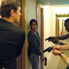 Leïla Bekhti in una scena d'azione di Mains armées con Marc Lavoine