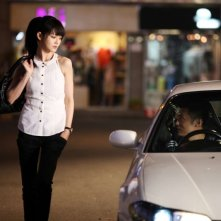 Motorway: Shawn Yue in una scena del film segue dalla sua macchina la passeggiata di Barbie Hsu
