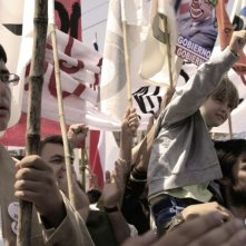 No: Gael García Bernal in piazza durante la protesta cilena contro Pinochet in una scena del film