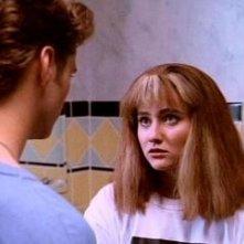 Shannen Doherty in un momento dell'episodio Un passato tutto da scoprire della serie Beverly Hills, 90210