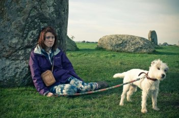 Sightseers: un'affranta Alice Lowe insieme al suo cagnolino in una scena