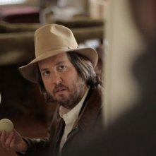 Wrong: Steve Little è il detective Ronnie in una scena del film diretto da Quentin Dupieux