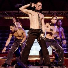Channing Tatum con Joe Manganiello e Matt Bomer in azione durante uno spogliarello in una scena di Magic Mike