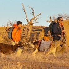 Ty Burrell, David Duchovny e una capra vagano nel deserto in una scena di Goats