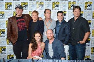 Joss Whedon ed il cast di Firefly posano al Comic-Con 2012 in occasione della reunion per il decimo anniversario della serie
