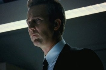 Edward Norton in un primo piano dal film The Bourne Legacy