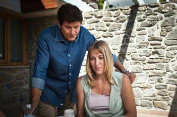 I padroni di casa: Gianni Morandi insieme a Valeria Bruni Tedeschi in una scena del film