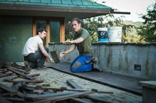 I padroni di casa: i muratori Elio Germano e Valerio Mastandrea in una scena del film