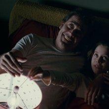 The Possession: Natasha Calis con Jeffrey Dean Morgan in una scena del film