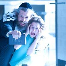 The Possession: Natasha Calis con Matisyahu in una scena del film