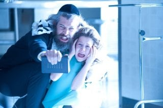 The Possession: Natasha Calis con Matisyahu in una scena del film