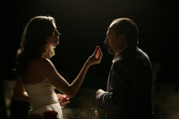 Una donna per la vita: Maurizio Casagrande con Margareth Madè in un'ammiccante scena
