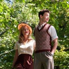Ben Barnes e Nora Arnezeder in un frutteto in una scena di The Words