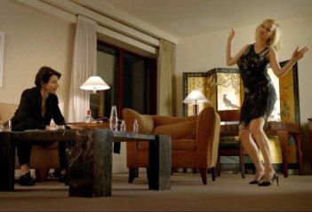 Joanna Kulig e Juliette Binoche in un'intensa scena del film tutto al femminile Elles
